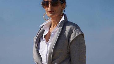 Nieoczywiste kurtki dla 50-tek o oczywistym stylu. Ta z paskiem pięknie podkreśla talię