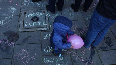 Na zdjęciu - protest 'gdzie są dzieci' pod krakowską siedzibą PiS