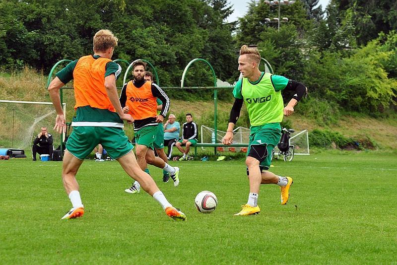 piłka nożna, Mateusz Stąporski (pierwszy z prawej) trenuje z Radomiakiem