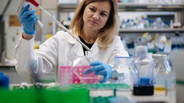 Dr Ewelina Król z Zakładu Szczepionek Rekombinowanych Instytutu Biotechnologii UG.