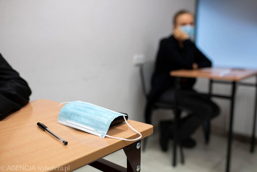 Maturzyści i ósmoklasiści mogą na razie wybrać się do szkoły na egzaminy próbne. Dwa tygodnie temu MEiN zezwolił dyrektorom na organizowanie takich testów stacjonarnie.