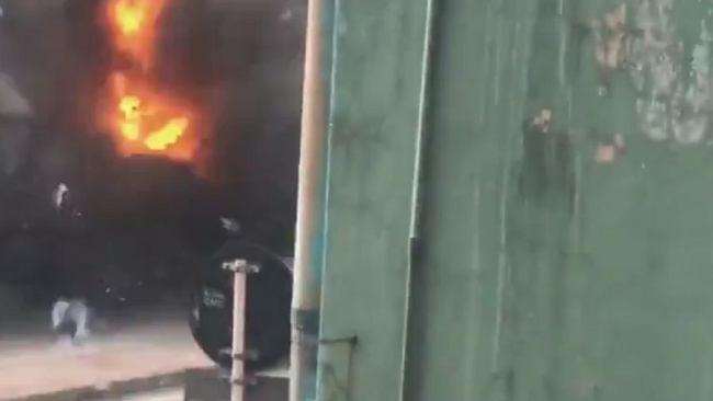 Sri Lanka. Na nagraniu widać białe auto, wybuch i chmurę ognia. Czy to na pewno była kontrolowana eksplozja?