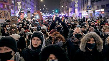 Protesty w sprawie zaostrzenia prawa aborcyjnego w Polsce. Rondo Dmowskiego