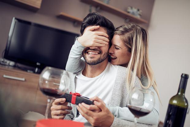 Praktyczne prezenty na Dzień Mężczyzny - oryginalne pomysły, które wywołają uśmiech
