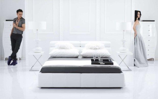 biała sypialnia, Kler, łóżko, pościel