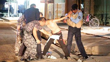 Funkcjonariusze sił bezpieczeństwa zdejmują pas szahida z chłopca - niedoszłego zamachowca