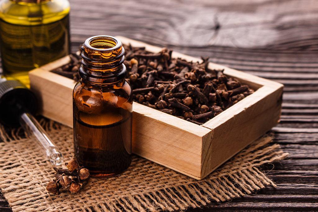 Jak zrobić olejek goździkowy? Proces przygotowania wcale nie jest trudny. Zdjęcie ilustracyjne, Narsil/shutterstock.com