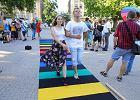 Na pl. Wolności w Poznaniu szyli tęczowe przejście dla pieszych. Przejdziemy po nim na Marszu Równości