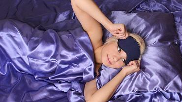 Poduszki jedwabne, czepki, turbany. Tak kobiety dbają o swoje włosy w czasie snu