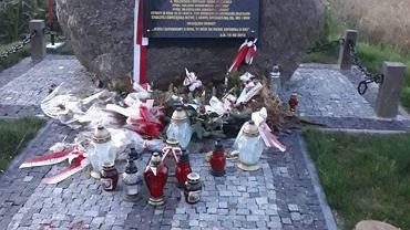 'Mordercy' na niedawno odsłoniętym pomniku pamięci czterech żołnierzy wyklętych, w tym Romualda Rajsa 'Burego' w Poświętnem