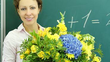 Prezent dla nauczyciela wręczany na koniec roku, powinien być symboliczny, skromny i taktowny, aby nauczyciel nie czuł się postawiony w niezręcznej sytuacji.