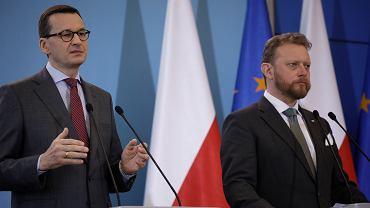 Premier Mateusz Morawiecki i minister zdrowia Łukasz Szumowski na konferencji prasowej 11 marca 2020