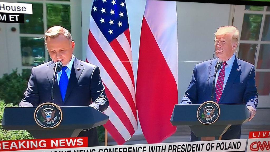 Andrzej Duda w Białym Domu. Pajęcza sieć między mikrofonami prezydentów