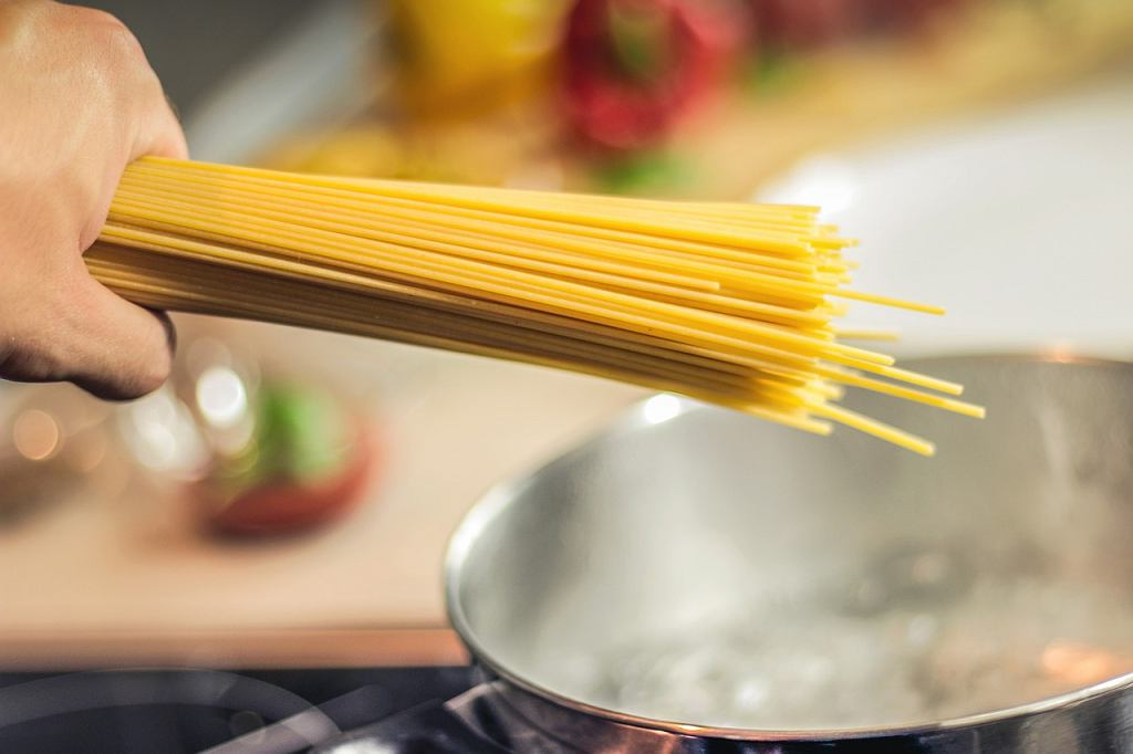 Jak ugotować makaron spaghetti, ryżowy i sojowy - wyjaśniamy krok po kroku