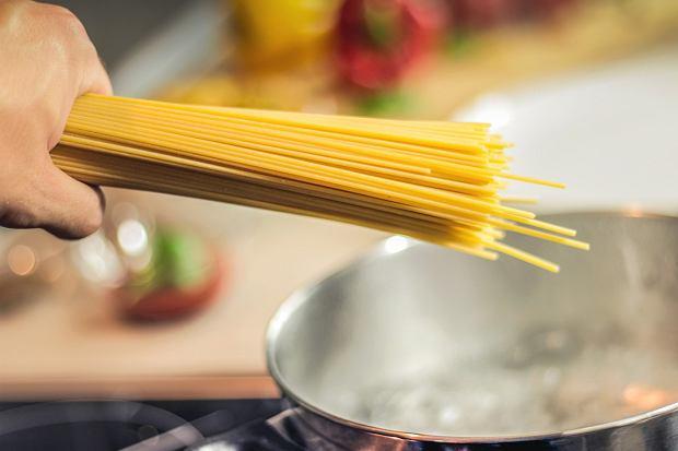 Jak ugotować makaron, by zawsze był idealny? Poradnik dla początkujących i zaawansowanych kucharzy