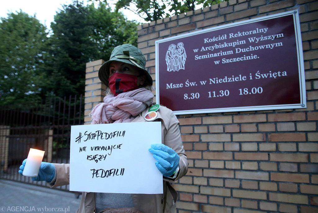 Milczący protest przed siedzibą kurii diecezji szczecińsko-kamieńskiej w Szczecinie