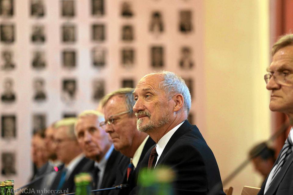 15 września, konferencja podkomisji badającej przyczyny katastrofy w Smoleńsku. Obok Antoniego Macierewicza przewodniczący podkomisji Wacław Berczyński i jej doradca Frank Taylor