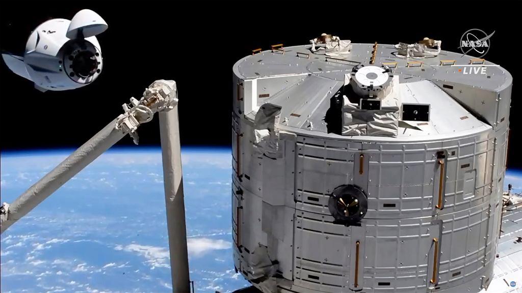 Załogowy statek SpaceX zacumował do Międzynarodowej Stacji Kosmicznej