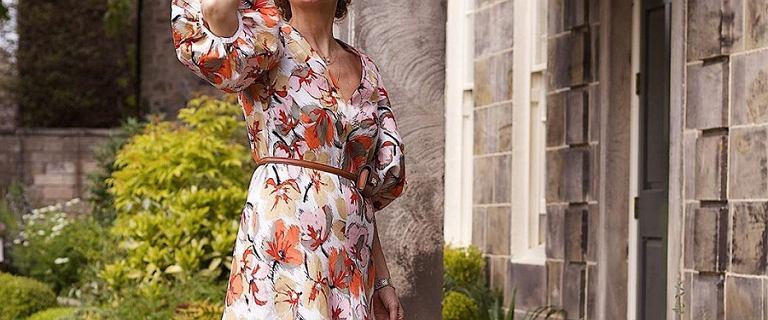 Sukienki za kolano na lato dla dojrzałych pań. Wybieramy najmodniejsze kroje