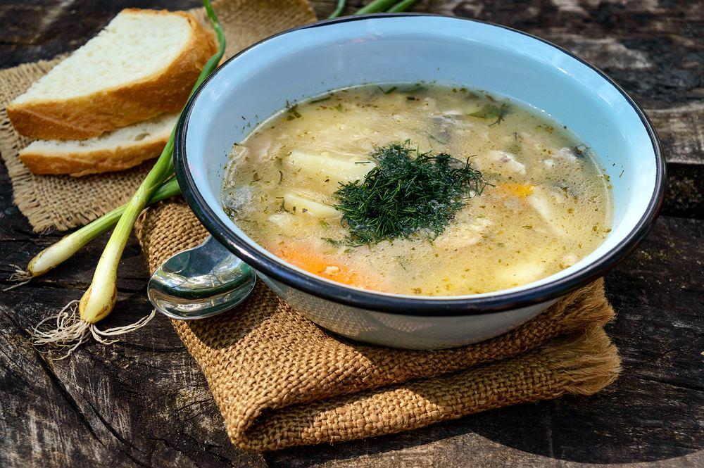 Zupa rybna z głowy karpia to jedna z potraw dobrze znanych przez naszych rodziców i dziadków - tak bardzo nieprzychylnych marnowaniu składników, z których może powstać coś pysznego do jedzenia