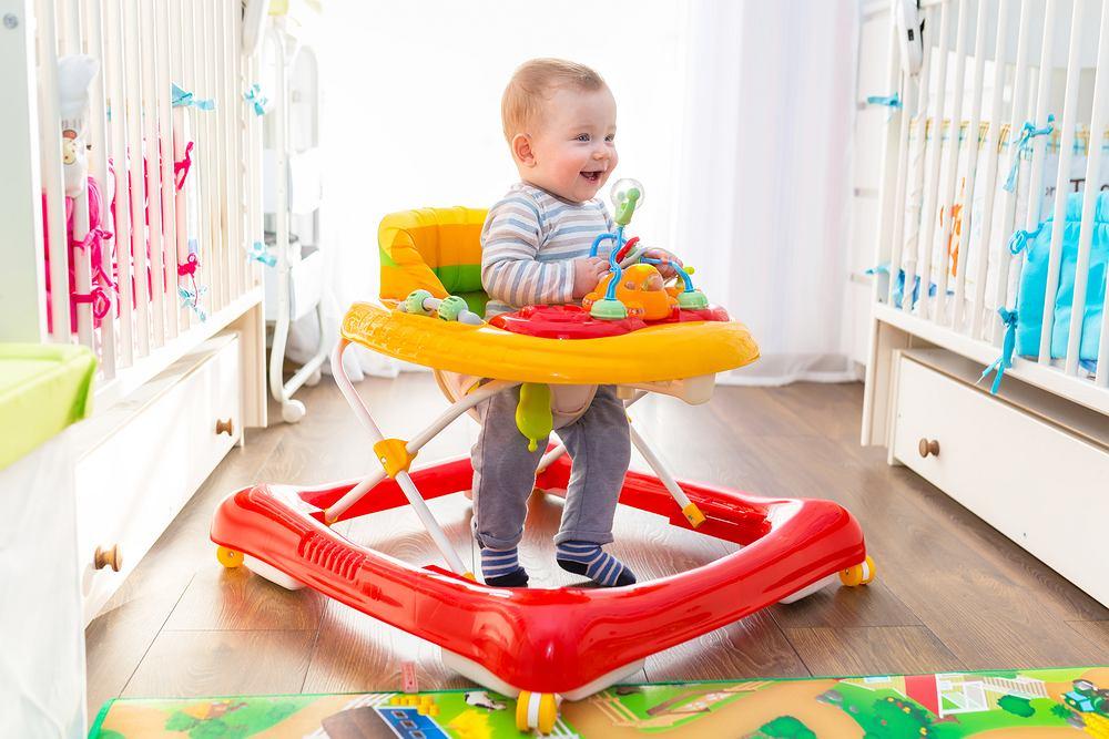 Chodziki dla dzieci budzą wiele kontrowersji - mają trochę zalet, ale też wiele wad.