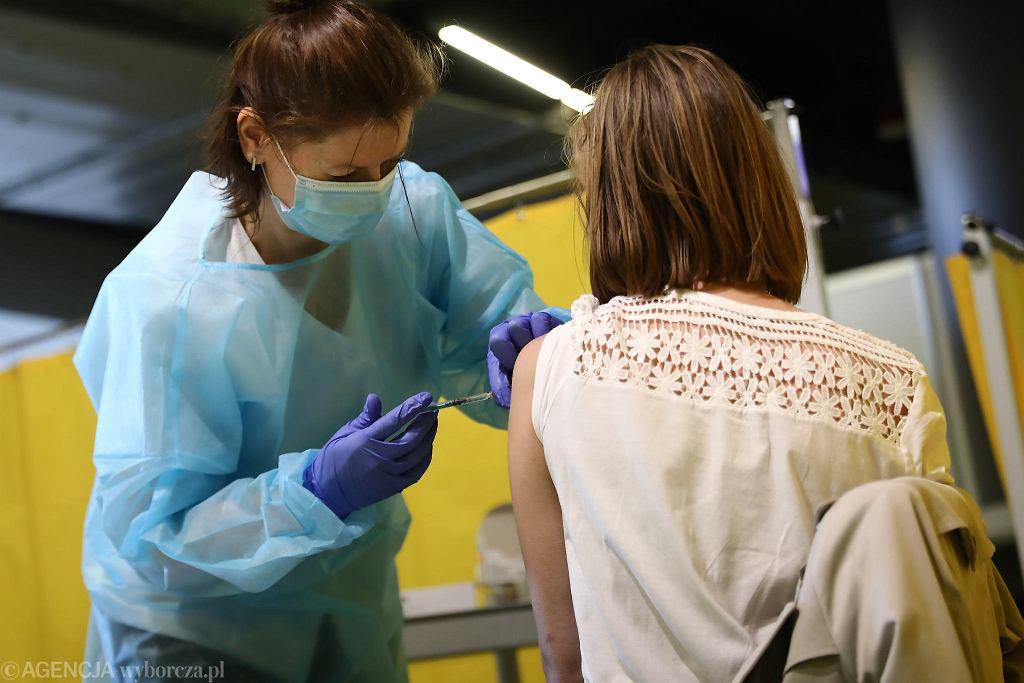 Szczepienia na COVID-19; punkt szczepień masowych w Tauron Arenie Kraków