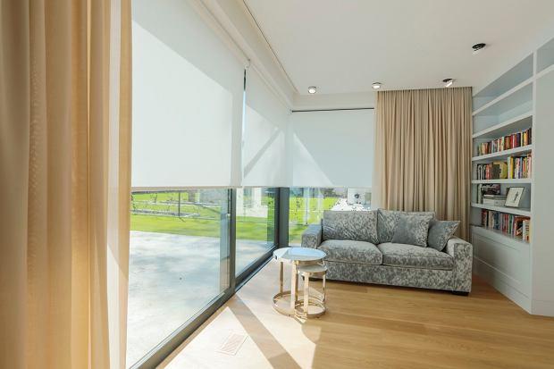 Jak skutecznie zasłonić okna latem?