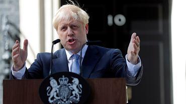 Pierwsze przemówienie Borisa Johnsona przed budynkiem na Downing Street 10.