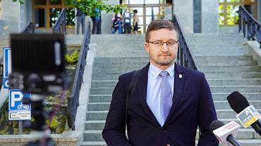Sędzia Paweł Juszczyszyn przed olsztyńskim Sadem Rejonowym