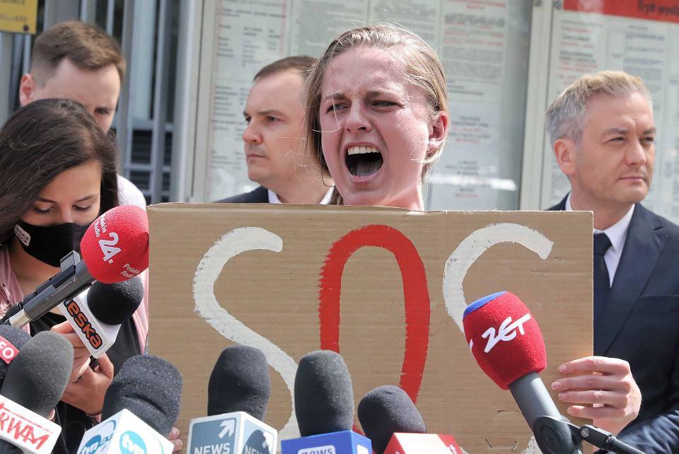 Aktywistka Jana Shostak krzyczy podczas konferencji przed ambasadą Białorusi po zatrzymaniu Romana Protasiewicza na lotnisku w Mińsku
