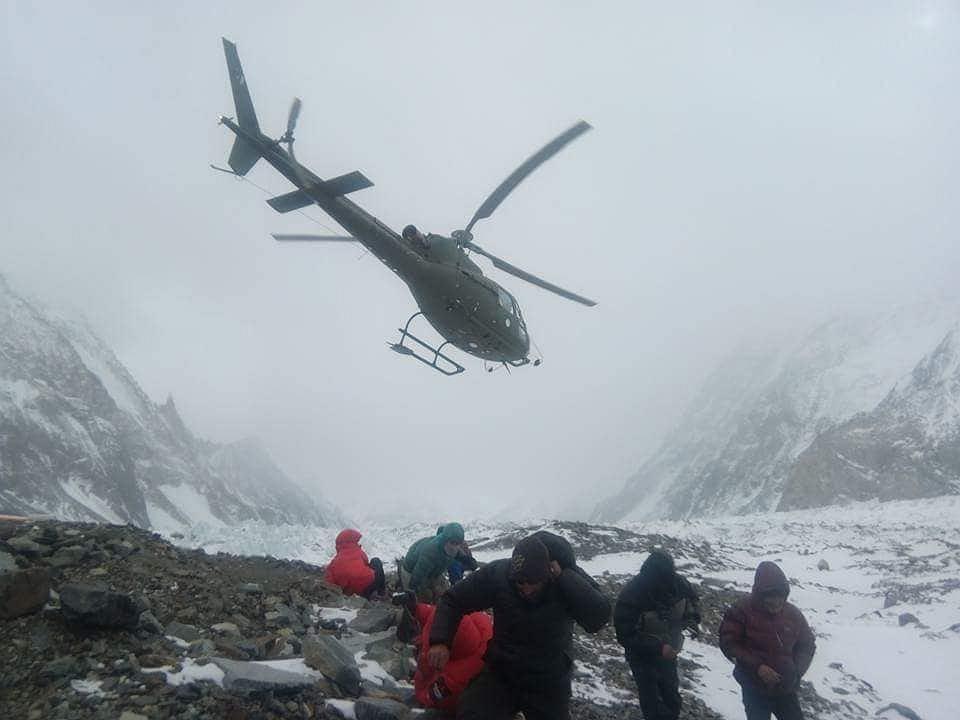 Helikopter lądujący w bazie pod K2. Ekipa spod K2 rozpoczyna akcję ratunkową na Nanga Parbat