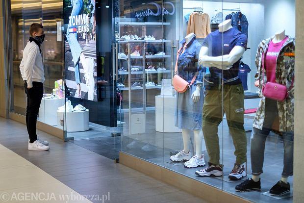 Końska kuracja sklepów z odzieżą. Vistula wprowadza garnitury dla kobiet, sprzedawcy butów - ubrania