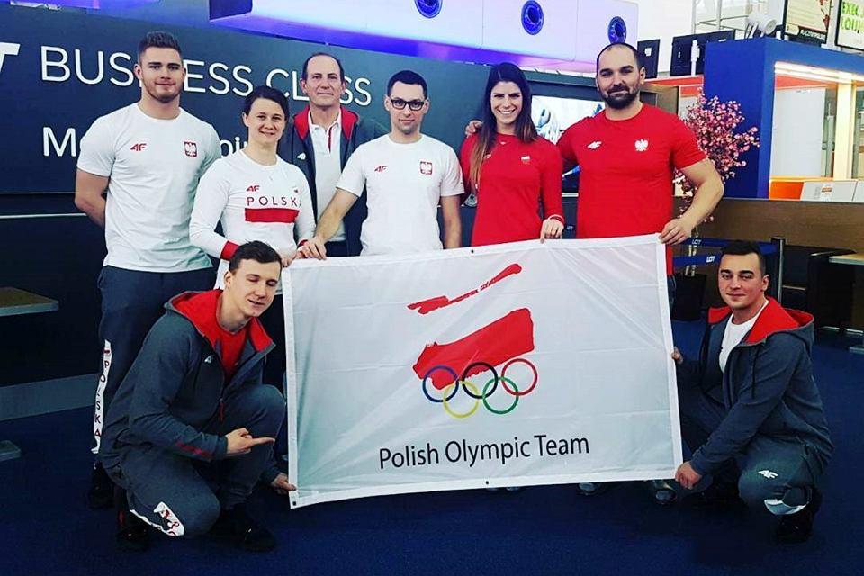 Polska ekipa saneczkarzy na zimowe igrzyska olimpijskie w Pjongczang 2018. W białej koszulce Natalia Wojtuściszyn, a w czerwonej Ewa Kuls-Kusyk. Obie reprezentują UKS Nowiny Wielkie