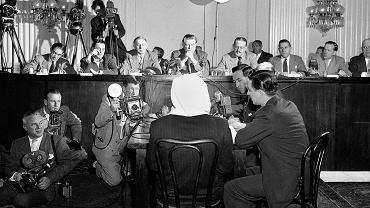 W czasie wojny mocarstwa zachodnie nie kwestionowały radzieckiej wersji wydarzeń, chociaż Churchill i Roosevelt doskonale wiedzieli, kto dokonał zbrodni w Katyniu. W 1951 r., gdy trwał konflikt koreański, a zimna wojna osiągnęła jedno ze swoich apogeów, Kongres USA powołał komisję, która po paromiesięcznych przesłuchaniach świadków opublikowała raport obciążający ZSRR. Na zdjęciu z 6 lutego 1952 r. przed komisją zeznaje zamaskowany świadek, Polak, który w obawie przed radziecką zemstą występował pod pseudonimem 'Joe Doe'. Sposób złożenia zeznań dał pretekst propagandzie sowieckiej i polskiej do ataków na prace komisji.