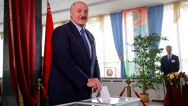 09.08.2020 Białoruś, Mińsk. Prezydent Alaksandr Łukaszenka podczas głosowania.