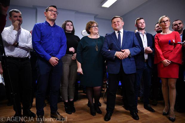 Zdjęcie numer 16 w galerii - Wybory 2018. Nadzieja a potem smutek. Wieczór wyborczy w sztabie Wojciecha Skurkiewicza