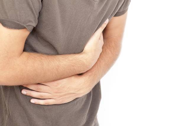 Ból w nadbrzuszu oraz wzdęcia, zwłaszcza po wypiciu kawy lub zjedzeniu tłustych potraw mogą oznaczać kamicę nerkową