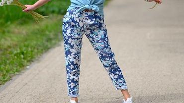 spodnie w kwiaty, zdjęcie ilustracyjne
