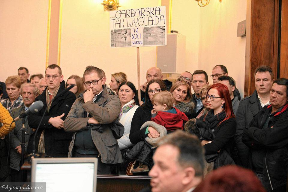Radom, sesja rady miejskiej w marcu 2018. Mieszkańcy domagają się przywrócenia do budżetu miasta Radomskiego Programu Drogowego.