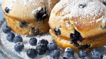Muffinki z jagodami są smaczne i proste w przygotowaniu. Zdjęcie ilustracyjne