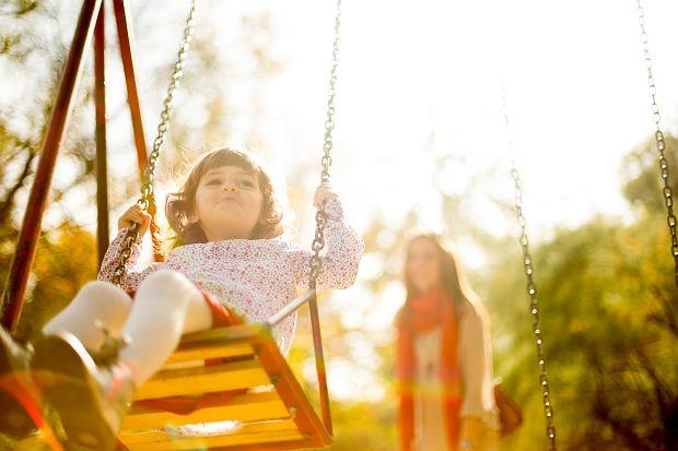 Na placach zabaw w okresie letnim często dochodzi do poparzeń dzieci.