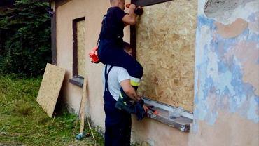 Bielski dzielnicowy i strażacy ochotnicy pomogli bielszczance, której dom został zniszczony w czasie pożaru.