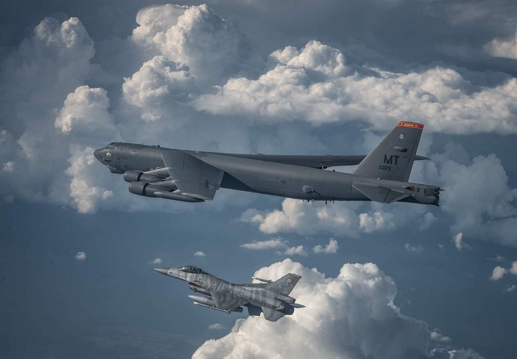 Amerykański bombowiec strategiczny B-52 eskortowany przez polskie F-16