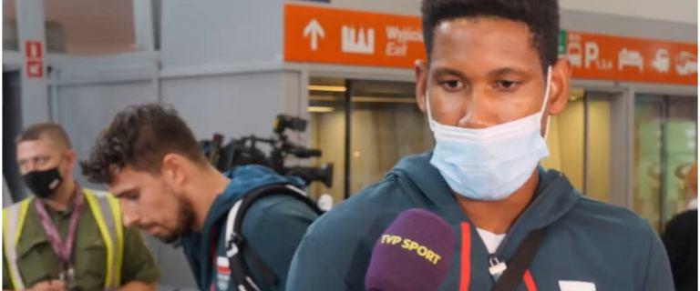Siatkarze wrócili do kraju. Kubiak udzielał wywiadu... Wtem musiał przeprosić i odejść