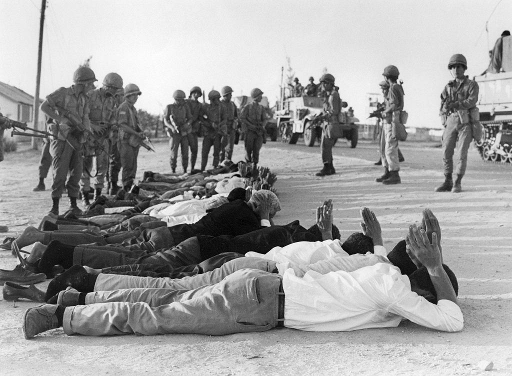 Palestyńczycy poddają się izraelskim żołnierzom w czerwcu 1967 r. na okupowanym terytorium Zachodniego Brzegu.