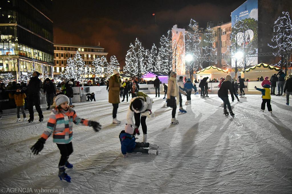 Zima w mieście. Lodowisko na pl. Europejskim w Warszawie