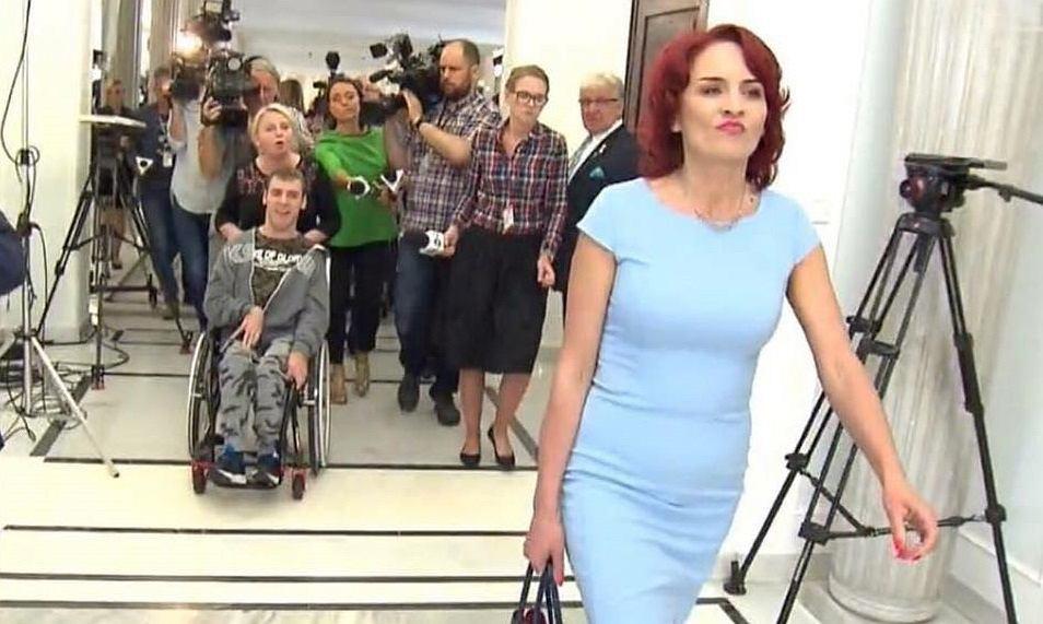 Bernadeta Krynicka ucieka sejmowym korytarzem przed protestującymi
