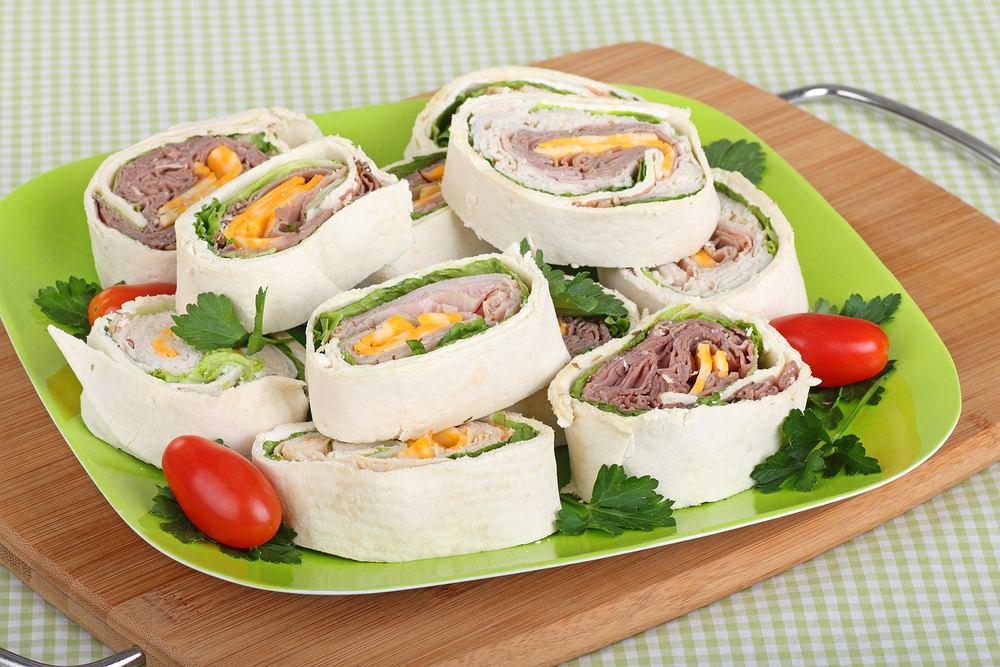 Roladki z tortilli- sprawdzone przepisy na lunch lub drugie śniadanie. Zdjęcie ilustracyjne