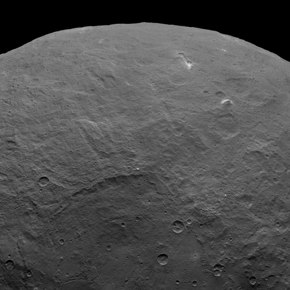 Zdjęcie numer 2 w galerii - Planeta Ceres zdumiewa naukowców. Oprócz tajemniczych jasnych plam jest tam też... piramida?