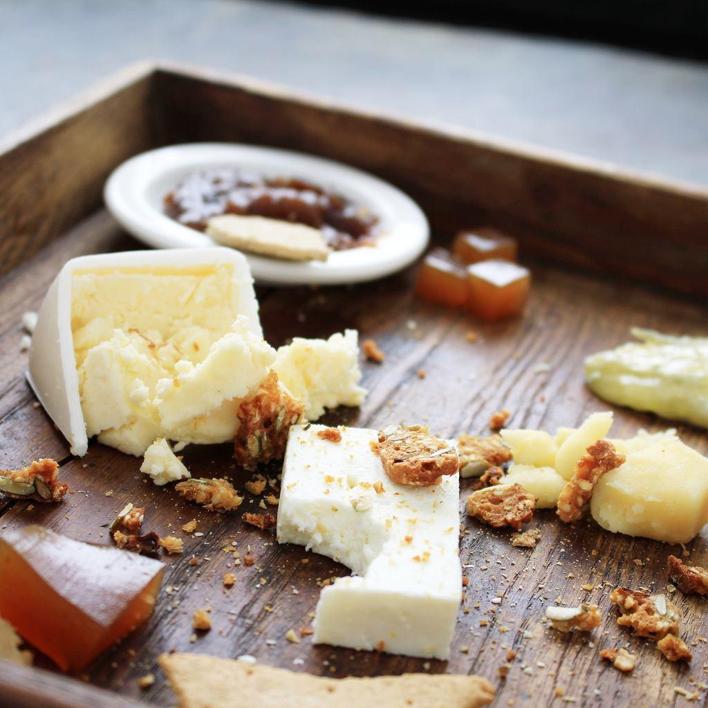 Kawałki sera i ich twarde brzegi warto zachować i je wykorzystać, np. do serowej bazy
